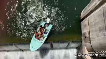 Video – Rettung in letzter Sekunde: Ausflugsboot droht, Wehr hinabzustürzen - STERN.de