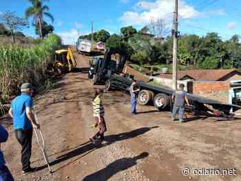 Guincho atola ao tentar socorrer caminhão também atolado em rua de Ivoti - O Diário