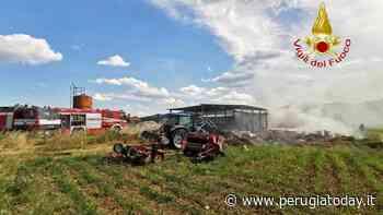 Gubbio, incendio in un fienile: vigili del fuoco in azione - PerugiaToday