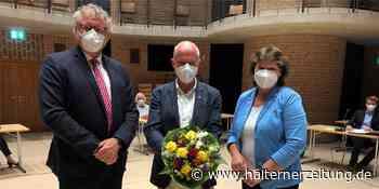 Blumen und mehr vom Schulausschuss für scheidenden FoKuS-Chef Michael Reckers | Selm - Halterner Zeitung