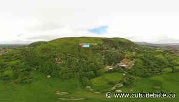 Fijan bandera cubana gigante y mensaje contra el bloqueo en montaña norirlandesa como gesto de solidaridad - CubaDebate