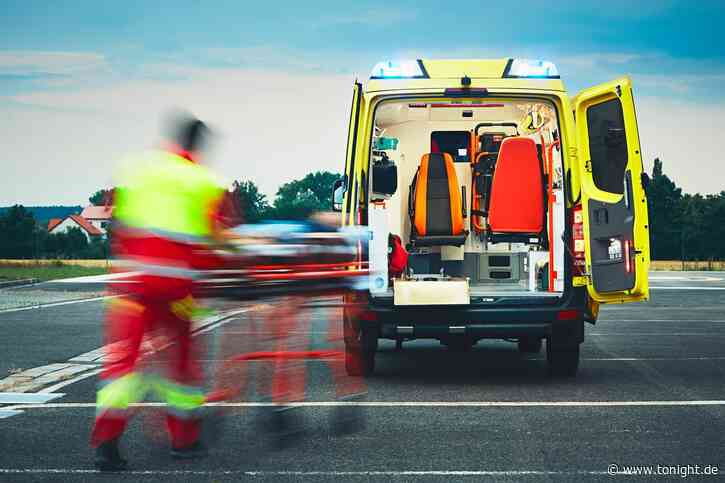 Beifahrer wird bei Unfall aus Cabrio geschleudert und stirbt - Tonight News