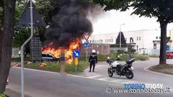 Incendio a Collegno: auto distrutta dalle fiamme mentre era in marcia - TorinoToday