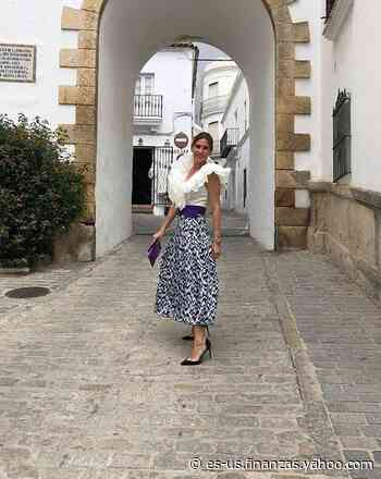 Lourdes Montes, la invitada perfecta con su top de volantes y falda estampada - Yahoo Finanzas