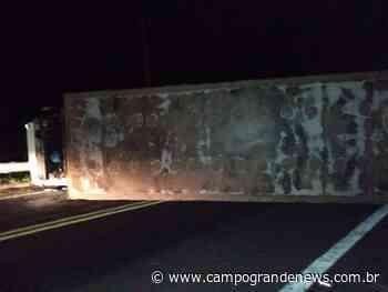 Caminhão carregado de mandioca tomba e interdita a MS-450 - Campo Grande News