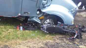 Aparatoso accidente en Cojutepeque: Rastra embiste a dos motociclistas - elsalvador.com