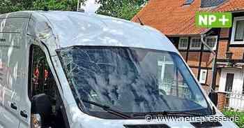 Sehnde: Baum stürzt auf fahrenden Transporter in Bolzum - Neue Presse