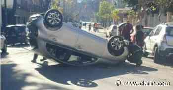Espectacular choque y vuelco en Palermo: creen que el conductor se quedó dormido - Clarín