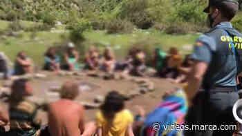Los integrantes del campamento de la 'Familia Arcoíris' intentan abrazar desnudos a los guardias que - MARCA.com
