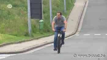 Premier De Croo (Open Vld) fietst om eerste prik in Zottegem - TV Oost