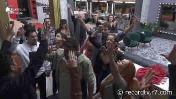 Casais fazem contagem regressiva e se jogam na festa Romance - Power Couple Brasil 5 - Record TV