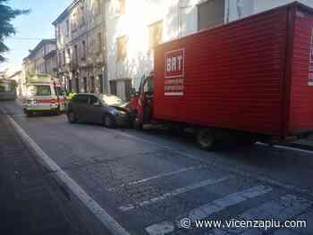 A Thiene sinistro frontale auto – autocarro, Polizia locale nordest vicentino: ha la peggio il conducente dell'auto, illeso quello del camion - Vicenza Più