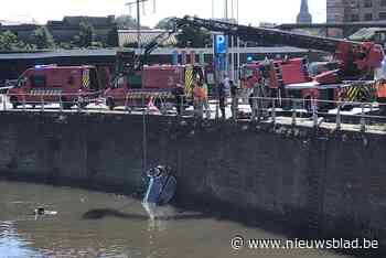 Auto belandt in water aan Dampoort: chauffeur snel bevrijd, maar heel wat verkeersellende