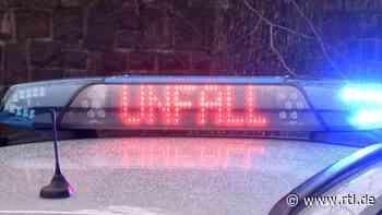 Ein Leuchtschild der Polize... Tödlicher Autounfall bei Lauchhammer - RTL Online