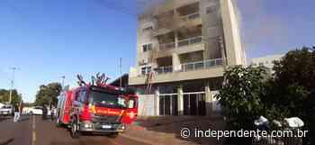 Apartamento pega fogo e moradores são retirados com escada externa, em Lajeado - independente