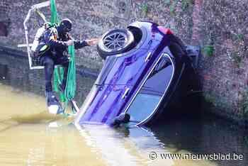 Auto belandt in de zwaaikom aan Dampoort: bestuurder op tijd uit voertuig geraakt