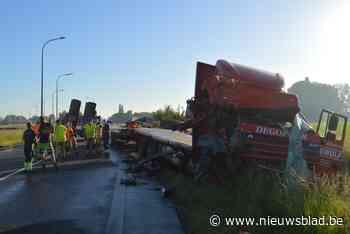 Spectaculair ongeval met vrachtwagens veroorzaakt verkeershinder op N58