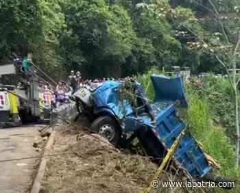 Sacan volqueta que rodó por ladera en la vía Neira-Aranzazu - La Patria.com