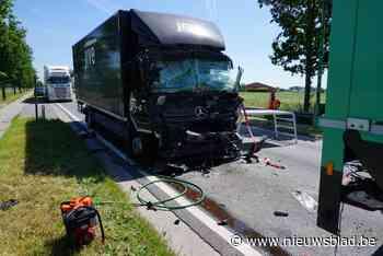 Trucker meer dan uur gekneld in cabine na zware klap