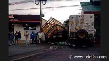 Tres muertos tras aparatoso choque entre camiones en Cartago - Teletica