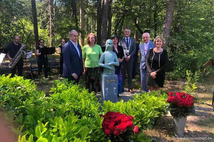 Beeld Anne Frank van Zoerselse kunstenares van tuin Achterhuis naar joodse begraafplaats verhuisd