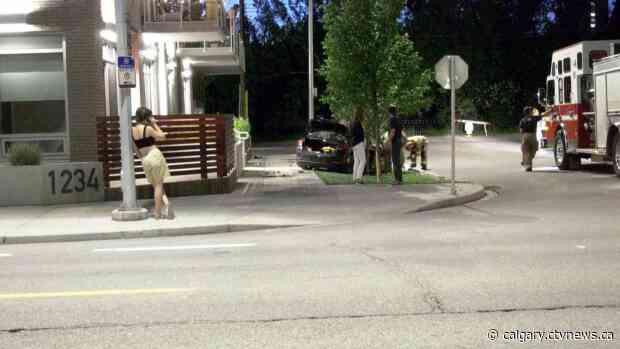 Car crashes into condo building, driver and passengers flee scene
