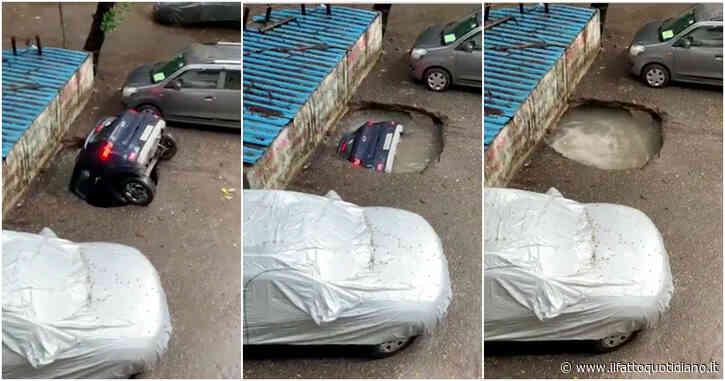 L'automobile viene inghiottita dall'asfalto e in pochi secondi sparisce – Video