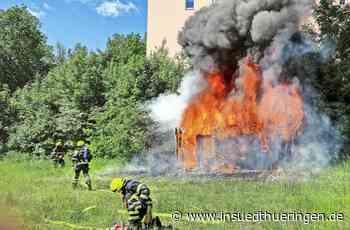 Feuer in Suhl - Schuppen auf altem Sportplatz brennt - inSüdthüringen