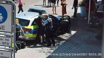 Tritte gegen die Polizei - Kein Bier: Mann randaliert in Schramberger Fußgängerzone - Schwarzwälder Bote