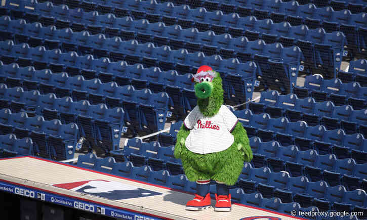 Watch: Phillie Phanatic crushes Yankees helmet