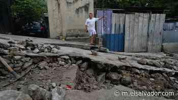 Familia en la colonia Iberia pide ayuda para que cambien una tubería y una caja más grande para que no se inunde su casa | Noticias de El Salvador - elsalvador.com