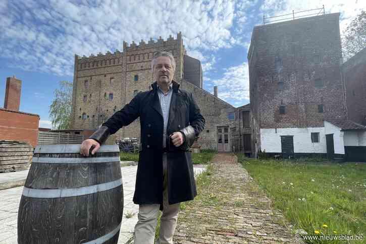 """Hendrik (56) woont in oude brouwerij, maar heeft er nog duizend-en-een andere plannen mee: """"Er zullen zeker feesten plaatsvinden"""""""