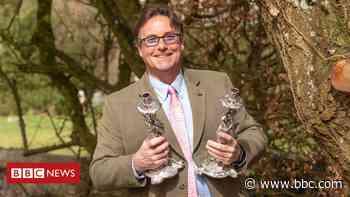 Wiltshire antique expert unearths rare Georgian candlesticks - BBC News