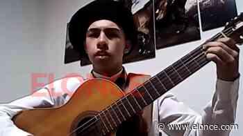 Juan Cruz Merlo, acompañado de su guitarra, improvisó versos en Elonce TV - Elonce.com