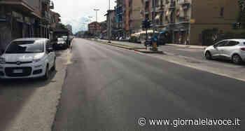 SAN MAURO TORINESE. In via Roma c'è l'asfalto nuovo ma la segnaletica orizzontale è totalmente assente - giornalelavoce