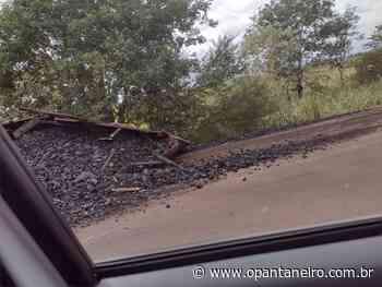 Caminhão carregado com carvão tomba e interdita parcialmente pista perto de Aquidauana - O Pantaneiro