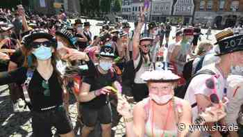 Mit Corona-Regeln: Abi-Move durch Husum: So bunt feiern 250 Abiturienten   shz.de - shz.de