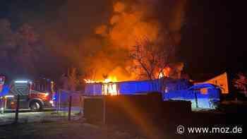 Zweites Feuer in Dachdeckerei: Fünf Stunden löscht die Feuerwehr in Kremmen - auch in Bergfelde lodern Flammen - moz.de
