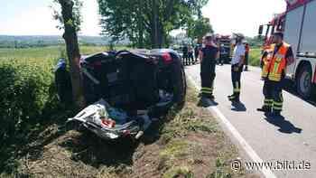 Holzwickede: Nissan nach Überschlag gegen Baum geprallt - Fahrer eingeklemmt - BILD