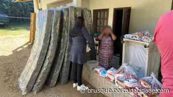 Itens de assistência humanitária são distribuídos a moradores do bairro Limeira - ®Portal da Cidade | Brusque