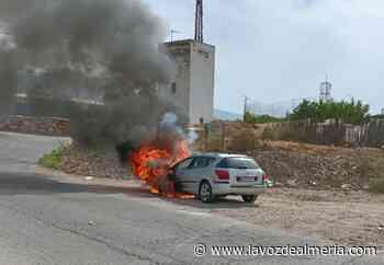 Arde un coche en la Rambla de las Palomas de El Ejido - La Voz de Almería