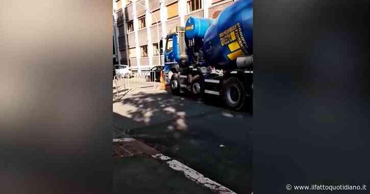 Roma, cede manto stradale in zona Appia: betoniera rimane incastrata. Le immagini