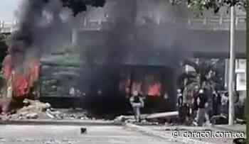 Incineran camión con cervezas y vandalizan buses del Mío en Cali - Caracol Radio