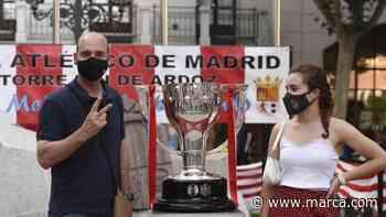 El trofeo de LaLiga, en la peña del Atlético en Torrejón - MARCA.com