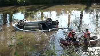 Neuendettelsau: Auto überschlägt sich und landet in Weiher - BR24