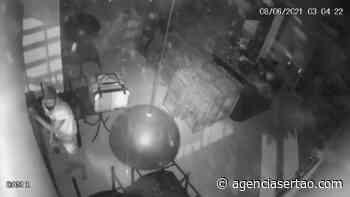 Arrombador invadiu pelo menos mais dois estabelecimento para praticar furtos em Guanambi - Agência Sertão