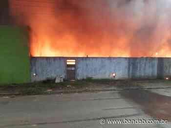 Incêndio em depósito de recicláveis em Piraquara assusta moradores; videos - Banda B - Banda B