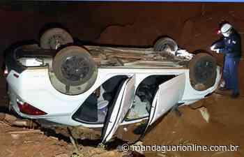 Veículo cai em buraco na zona rural de Jandaia do Sul - Mandaguari Online