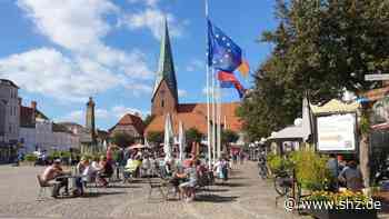 Marktplatzsanierung Eutin: Gastronomen am Markt verärgert über Terrassenpläne des Brauhauses   shz.de - shz.de