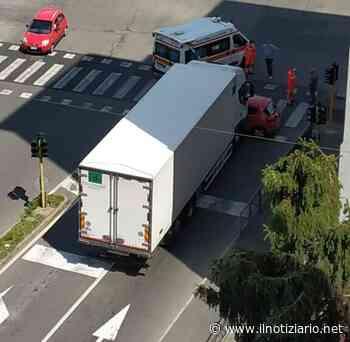 Incidente a Bollate: camion trascina un'auto per una decina di metri - Il Notiziario - Il Notiziario